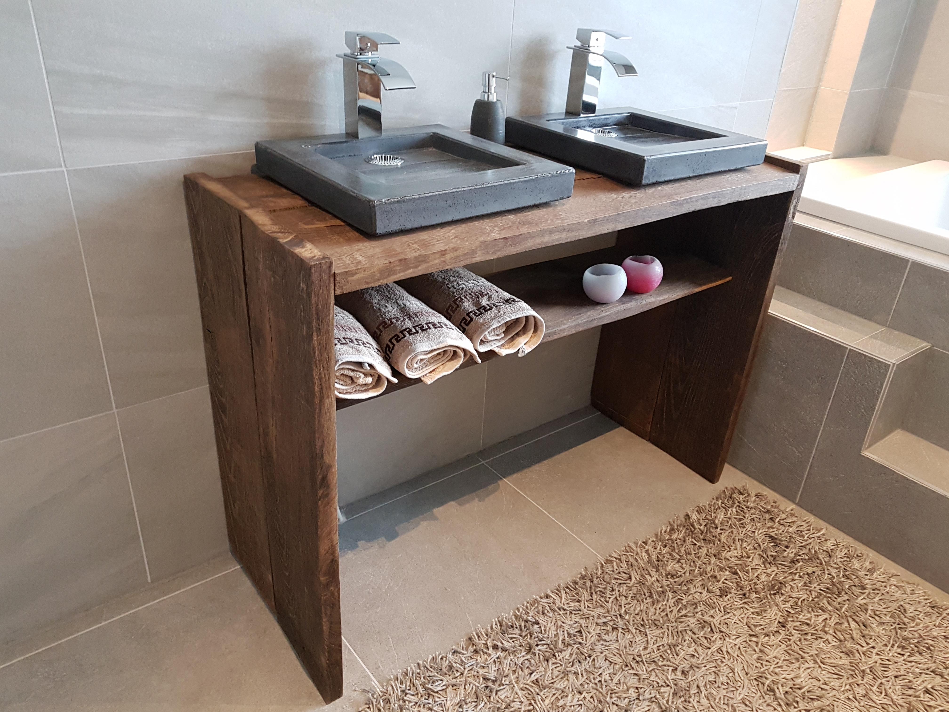Badkamermeubel hout met betonnen wasbakken -