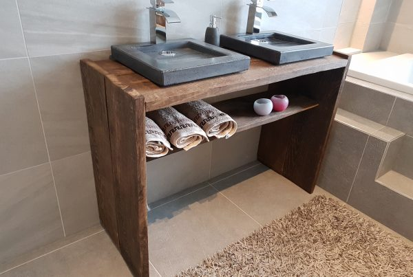 Badkamermeubel hout met betonnen wasbakken